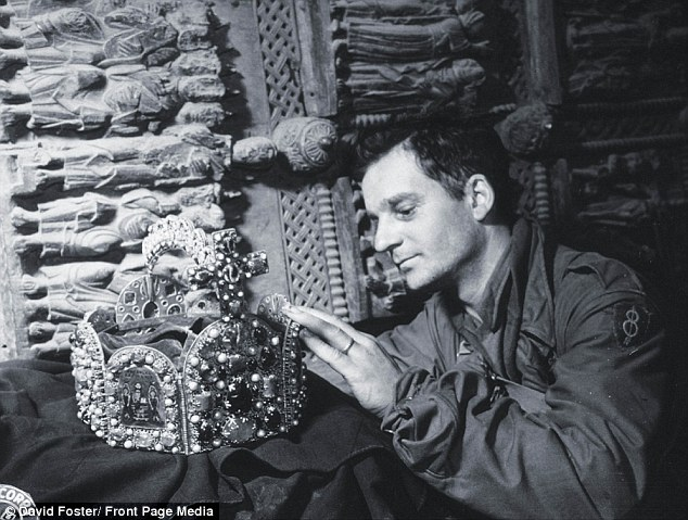 2B575CBE00000578-3196686-Loot_A_United_States_soldier_inspects_priceless_treasure_which_t-a-5_1439802440547