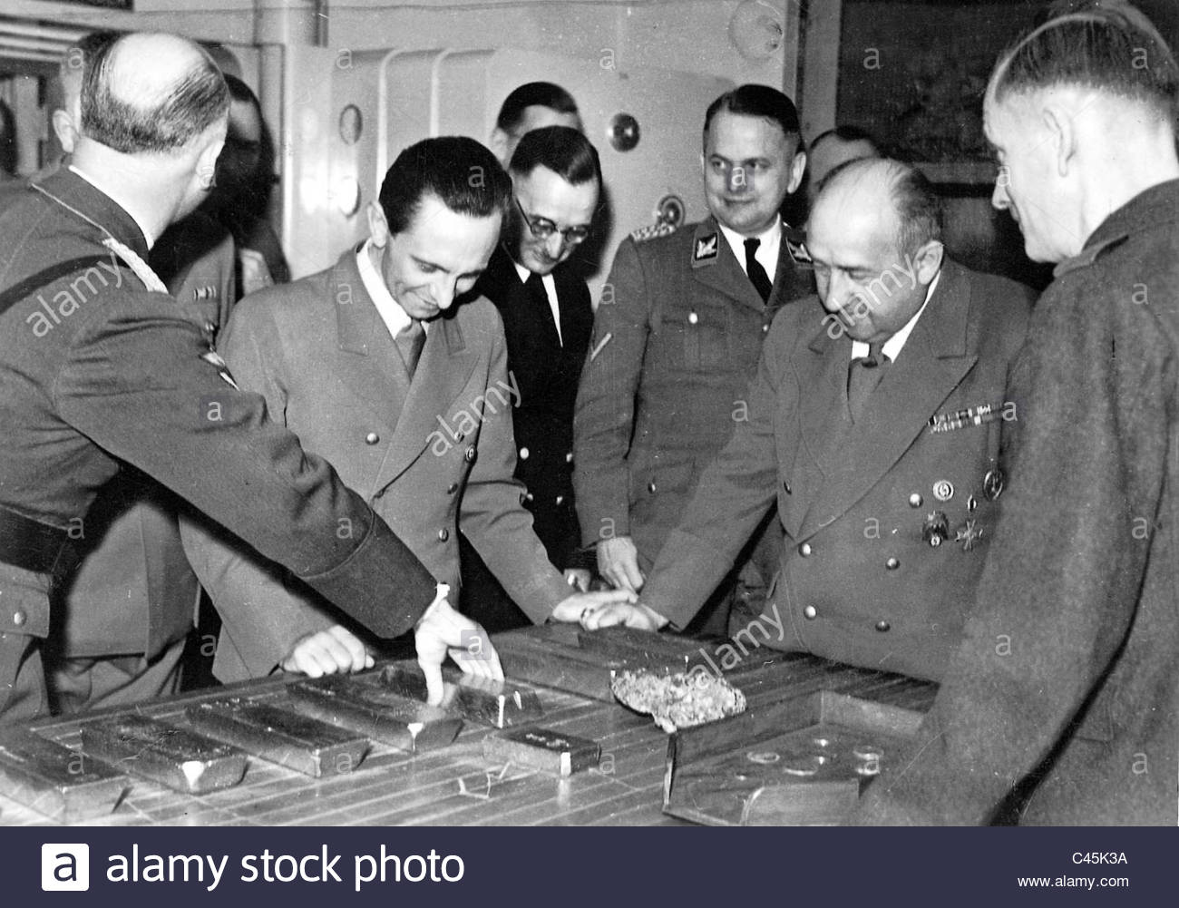 joseph-goebbels-funk-and-ohlendorf-with-gold-bars-made-from-the-gold-C45K3A