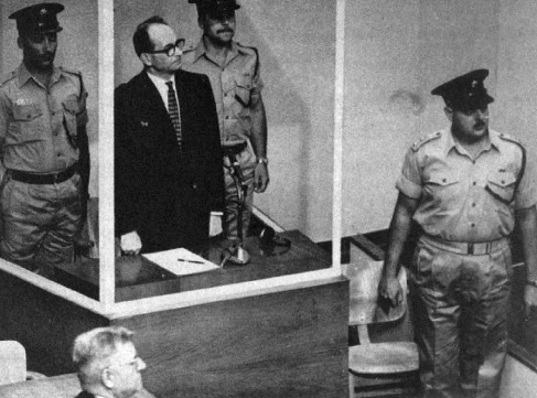 Eichmann durante il processo a Gerusalemme. (United States Holocaust Memorial Museum, Library and Archives, Washington D.C.)