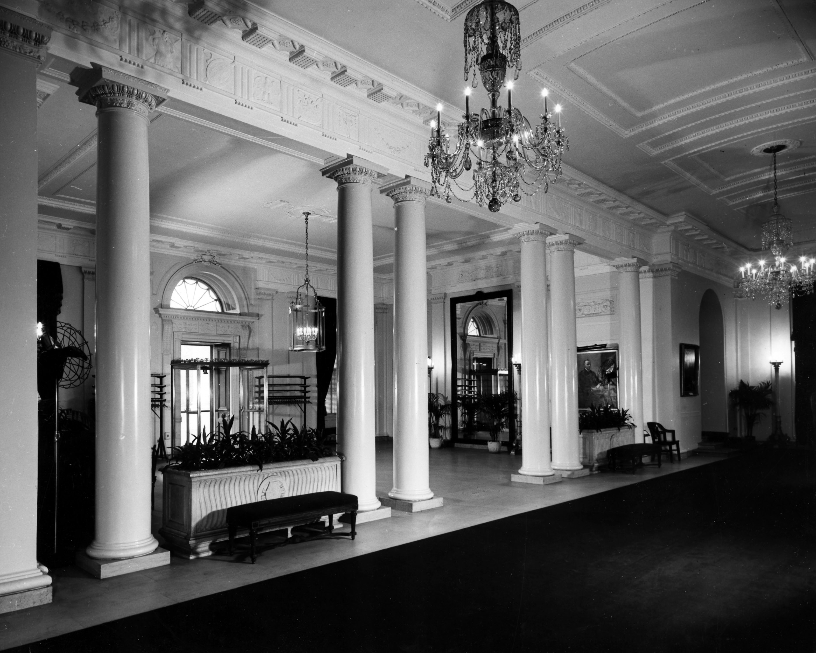 entrance_hall_of_the_white_house-_11-1947